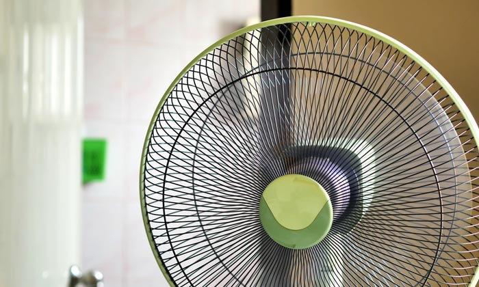 ไม่มีแอร์ก็แก้ร้อนได้ 4 ขั้นตอนลดความร้อนในห้องด้วยพัดลมตัวเดียว