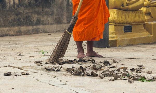 """5 ทริคทำความสะอาดที่คุณสามารถขโมยจาก """"พระ"""" ได้"""