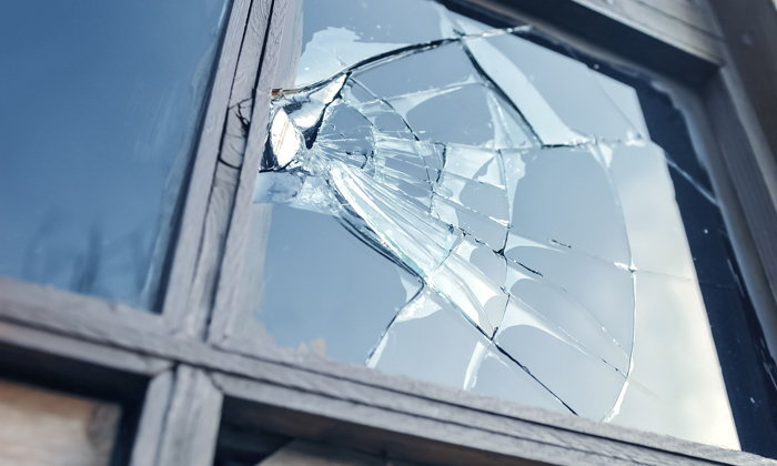 """""""กระจกบ้านร้าว แตกเอง"""" เกิดจากสาเหตุอะไรได้บ้าง"""