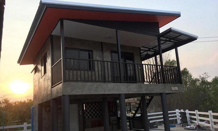 บ้านโมเดิร์นลอฟท์ สวยดิบด้วยโทนสีเข้มขรึม และผนังปูนเปลือย พร้อมใต้ถุนโปร่ง
