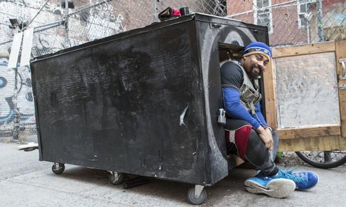 จากถังขยะเก่าๆ ในเมืองใหญ่ ถูกดีไซน์ใหม่จนกลายเป็นที่พักส่วนตัวของคนไร้บ้าน
