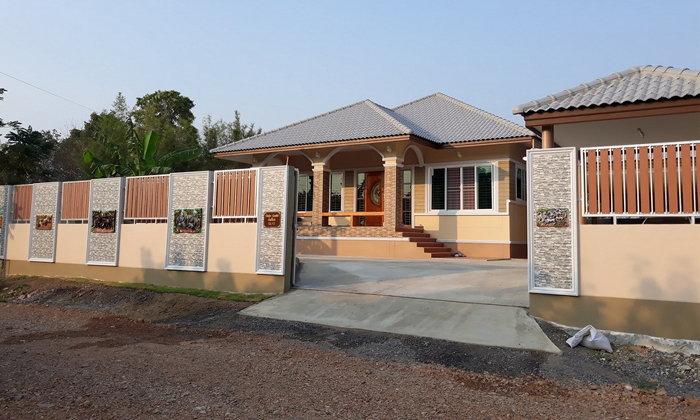 บ้านชั้นเดียวทรงร่วมสมัย ตกแต่งอย่างประณีตทั้งตัวบ้านและรั้ว ขนาด 4 ห้องนอน 2 ห้องน้ำ งบก่อสร้าง 1.8 ล้านบาท