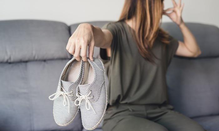 8 เคล็ดลับป้องกันกลิ่นรองเท้า ใส่ได้แบบไร้กังวลตลอดปี