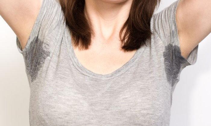 วิธีกำจัดคราบเหงื่อบนเสื้อ แบบไม่ทำร้ายเนื้อผ้า
