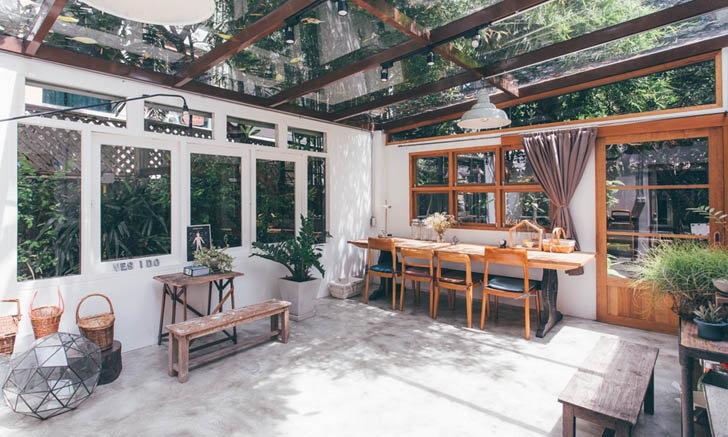 แต่งบ้านปูนเปลือยให้สบายตาด้วยโทนสีขาวและงานไม้