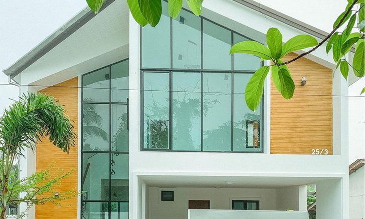 nhà phong cách hiện đại Trang trí ấm áp và tối giản Tươi trẻ với khu vườn trong nhà.