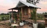 แบบบ้านไม้ปลายนายกพื้นสูง มุมพักผ่อนนั่งริมน้ำ ห้องน้ำแยก สร้างจากไม้เก่า กลางบรรยากาศธรรมชาติ