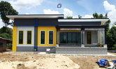 บ้านโมเดิร์นชั้นเดียว ดีไซน์หลังคาเล่นระดับ โดดเด่นด้วยผนังภายนอกโทนสีสดใส 3 ห้องนอน 2 ห้องน้ำ พร้อมบรรยากาศภายในโปร่งสบาย