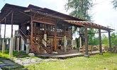 บ้านไม้ยกพื้นสูงสไตล์ดั้งเดิม โปร่งโล่งรับลมได้เต็มที่ เหมาะสำหรับวิถีชีวิตแบบสโลว์ไลฟ์
