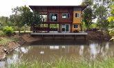 บ้านสวนริมน้ำสองชั้น เสน่ห์ความสวยงามจากปูนเปลือย ลงตัวกับวัสดุไม้สุดคลาสสิก พร้อมมุมพักผ่อนรับลมเย็นริมน้ำ