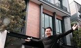 """""""บี้ เดอะ สกา"""" เติมฝันให้พ่อแม่ ซื้อบ้าน 32 ล้านในกรุงเทพฯ เซอร์ไพรส์ผู้มีพระคุณ"""