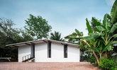 เปลี่ยนบ้านไม้สุดพัง ให้กลายเป็นบ้านชั้นเดียวของคุณตา มินิมอล ทรอปิคอล กลางสวนมะพร้าว