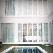 มุมด้านนอกตัวบ้านบริเวณสระว่ายน้ำ