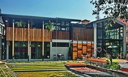 พาไปชม 'บ้านไม้กระดาน' สัมผัสกลิ่นอายบ้านไม้ไทย ผสมผสานกับสถาปัตยกรรมสมัยใหม่