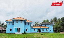 """""""บ้านหลวงพรหมภักดี"""" บ้านอายุ 86 ปี ของผู้ตั้งรกรากบนเกาะหมากเป็นคนแรก ตอนนี้เป็นบ้านสีฟ้าริมทะเล"""