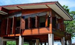 บ้านไม้ยกใต้ถุนสูง ออกแบบเปิดรับลมได้ทุกทิศทาง ไอเดียบ้านเพื่อคนชอบบรรยากาศเย็นสบาย