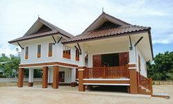 บ้านขนาดชั้นครึ่งทรงไทยประยุกต์ สวยงามด้วยงานไม้ฉลุ ภายในโปร่งสบายและสวยดิบด้วยผนังปูนเปลือย