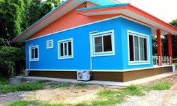 แบบบ้านชั้นเดียวสไตล์โมเดิร์น เน้นพื้นที่ใช้สอย สีฟ้าสดใสลงตัว