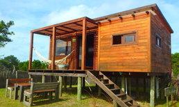 บ้านไม้ยกพื้นหลังเล็ก ทรงโมเดิร์น บรรยากาศบ้านอบอุ่นและโรแมนติก