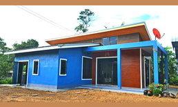 แบบบ้านชั้นเดียวสไตล์โมเดิร์น ตกแต่งด้วยโทนสีฟ้า พร้อมพื้นที่ใช้สอยครบครัน งบก่อสร้าง 750,000 บาท