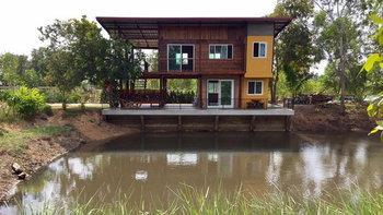 บ้านสวนริมน้ำสองชั้น เสน่ห์ความสวยงามจากปูนเปลือย ลงตัวกับวัสดุไม้สุดคลาสสิค พร้อมมุมพักผ่อน