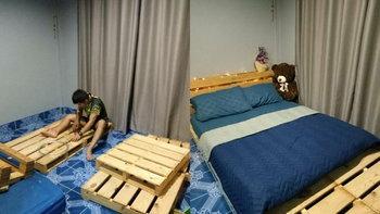 จ่ายแพงกว่าทำไม!? ชมไอเดียเตียงสุดวินเทจจากไม้พาเลท ในงบเพียง 800 บาท