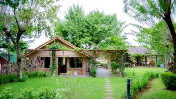 บ้านสวนโฮมสเตย์ ตกแต่งสไตล์ไทย ๆ โดดเด่นด้วยซุ้มศาลาไม้เลื้อย ใกล้น้ำตกมวกเหล็ก