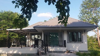 แบบบ้านชั้นเดียวสไตล์คอนเทมโพรารี มีเฉลียงรอบบ้าน งบก่อสร้างราว 7-8 แสนบาท