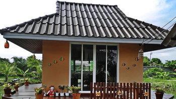 สร้างบ้านหลังน้อยกลางน้ำขนาด 16 ตร.ม. สำหรับพักผ่อนหรือรับแขก พร้อมเฉลียงไม้รอบด้าน