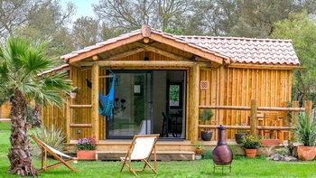 บ้านไม้หลังเล็กน่ารัก บรรยากาศอบอุ่น ล้อมรอบด้วยสนามหญ้าและต้นไม้