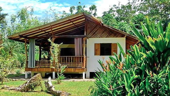 บ้านยกพื้นสูงโครงสร้างกึ่งปูนกึ่งไม้ เรียบง่าย พอเพียง มีระเบียงกว้างไว้นั่งชิล