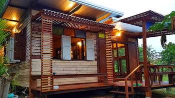 บ้านไม้สักหลังเล็ก ตกแต่งด้วยกระจกสี ดีไซน์เก๋ 1 ห้องนอน 1 ห้องน้ำ ในบรรยากาศสไตล์รีสอร์ท