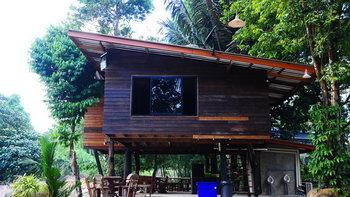 บ้านไม้ยกพื้นสูงมีใต้ถุน ตกแต่งดั้งเดิมแบบไทยๆ กลางบรรยากาศป่าไม้และลำธาร
