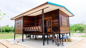 แบบบ้านไม้น็อคดาวน์ ออกแบบยกใต้ถุนสูง 1 ห้องนอน 1 ห้องน้ำ พร้อมระเบียงนั่งเล่น 2 แห่ง