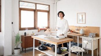 แปลงโฉมตึกแถวเป็นสตูดิโอที่มีครัวแพนทรีเล็กๆ ไว้ใช้งาน ดูเรียบง่ายและอบอุ่น
