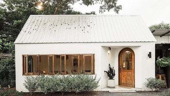"""""""บ้านสวนรอยจรัล"""" คาเฟ่บ้านสวนสไตล์คอจเทจ ร่มรื่นด้วยบรรยากาศธรรมชาติจากต้นไม้นานาชนิด"""