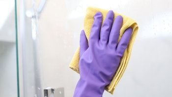 วิธีทำความสะอาดกระจกห้องน้ำ ใสกิ๊กแบบไม่ทิ้งรอย