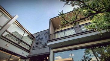 อยู่แบบคนเมือง บ้าน 2 ชั้นย่านอารีย์ แบ่งพื้้นที่ลงตัวทั้งพักผ่อน และสะสมรถ