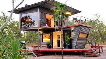 """บ้านพักตากอากาศจาก """"ตู้คอนเทนเนอร์"""" สิ่งอำนวยความสะดวกครบครัน พร้อมดาดฟ้าและมุมพักผ่อนรอบตัวบ้าน"""