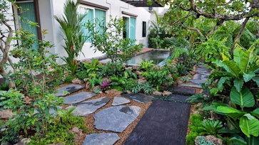 """พาไปชม """"สวนสไตล์ทรอปิคอล"""" เนรมิตความร่มรื่นสู่บรรยากาศรอบบ้านด้วยพืชเขตร้อน"""
