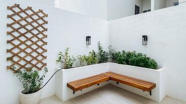 "DIY เปลี่ยนพื้นที่โล่งหลังบ้านให้เป็น ""มุมพักผ่อนสุดโปรด"" ร่มรื่นเรียบง่ายด้วยแปลงต้นไม้ชิดมุมจากอิฐบล็อก"