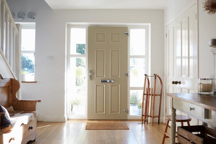 ดูประตูทางเข้าบ้าน : ประตูทางเข้าบ้านที่ดีตามหลักฮวงจุ้ยนั้น จะต้องไม่ตรงกับ ประตูบานอื่น ๆ ในบ้าน หรือไม่ตรงกับหน้าต่างบานใหญ่ และไม่ควรจะหันชนประตูตู้  ...