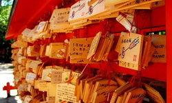 """ป้ายขอพร """"เอมะ"""" ในศาลเจ้าญี่ปุ่นคืออะไร? มาเรียนรู้ที่มาและวิธีการเขียนคำอธิษฐานที่คุณอาจยังไม่รู้กัน"""