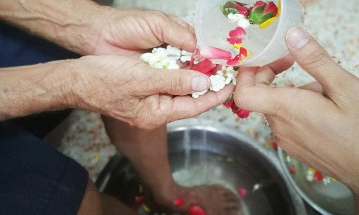 พิธีล้างเท้าขอขมา พ่อ-แม่ รดน้ำขอพรวันวันสงกรานต์