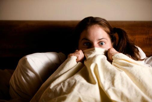เด็กผู้หญิงกำลังห่มผ้า