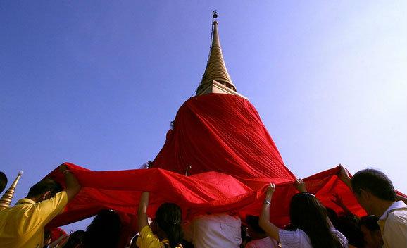 การห่มผ้าแดงองค์พระเจดีย์ภูเขาทอง