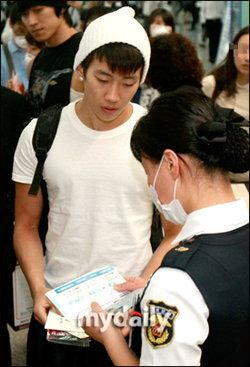 """แจบอม - 2PM เผยก่อนขึ้นเครื่อง """"ผมจะไปเรียนต่อ และจะกลับมาอีกครั้ง"""""""
