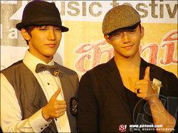 จุนโฮ – จุนซู 2PM บินไทยร่วมงานแถลงข่าว Mnet สยามดิสฯ แทบแตก