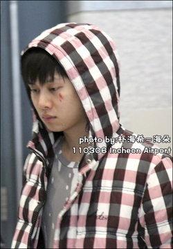ฮีชอล ( SJ ) ถูกแฟนคลับปาป้ายกระแทกใต้ตา จนได้รับบาดเจ็บ !!