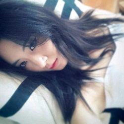ยูริ (Yuri) แห่ง SNSD โชว์สวยบนเตียงนอนกับภาพเซลฟ์คาเมร่า